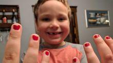 Garotinho de 5 anos fica inconsolável ao sofrer preconceito por gostar de esmalte