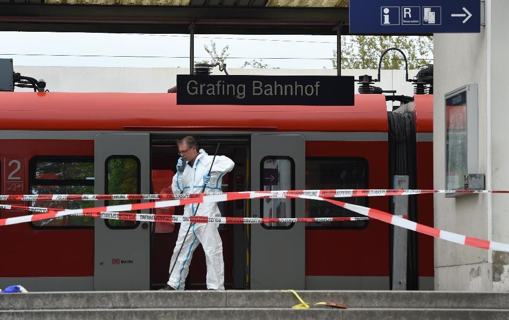 A forensic expert collects evidence following the knife attack at Grafing train station in southern Germany, on May 10, 2016 (AFP Photo/Christof Stache)