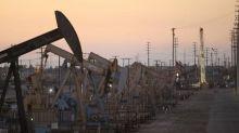 Barril de petróleo cae presionado por dólar fuerte, pese a alza de acciones