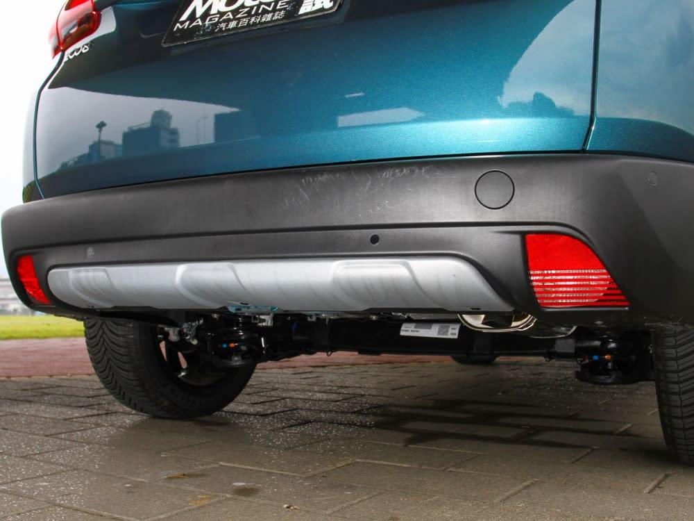 後保險桿改為黑色防刮材質,並將單出排氣尾管置內。
