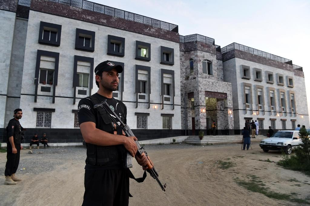 Pakistani policemen stand guard outside the hostel at Abdul Wali Khan university where students beat to death a classmate in Mardan on April 13, 2017 (AFP Photo/ABDUL MAJEED)