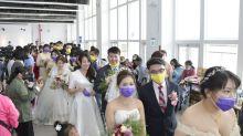 彰化聯合婚禮20對新人 情定海豚屋幸福洋溢