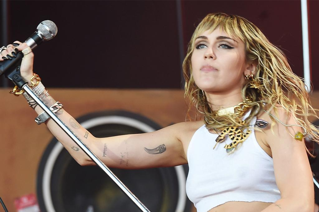 Miley Cyrus Takes the Stage in a Graphic Tee, Short Shorts & Metallic Go-Go Boots at Lollapalooza - Yahoo Lifestyle