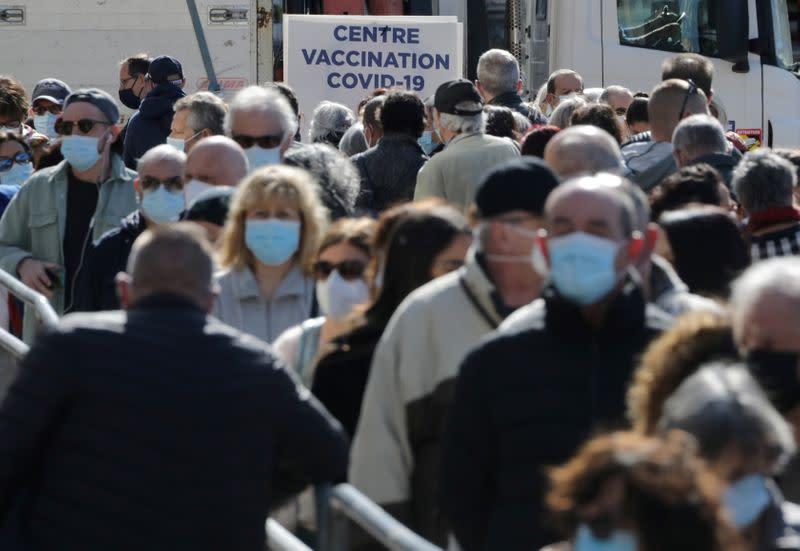 Covid: Les vaccinations ouvertes aux Français de plus de 50 ans à partir du 10 mai, annonce Macron