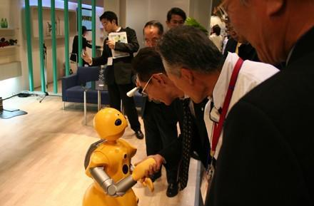 Wakamaru robot to help / freak out UNIQLO SoHo shoppers
