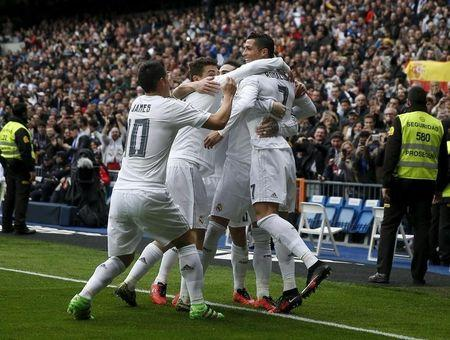Futbolistas del Real Madrid celebran uno de los goles de Cristiano Ronaldo en el triunfo 4-2 ante el Athletic Bilbao.