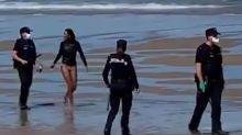 Detienen en España a una mujer que fue a surfear pese a tener coronavirus