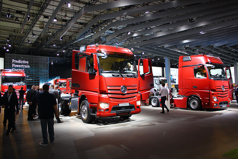 Mercedes-Benz這次選擇全部車頭都以磚紅車色呈現,一字排開氣勢驚人。