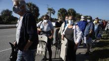 Decenas de miles de estadounidenses hacen turismo en EEUU en búsqueda de vacunas