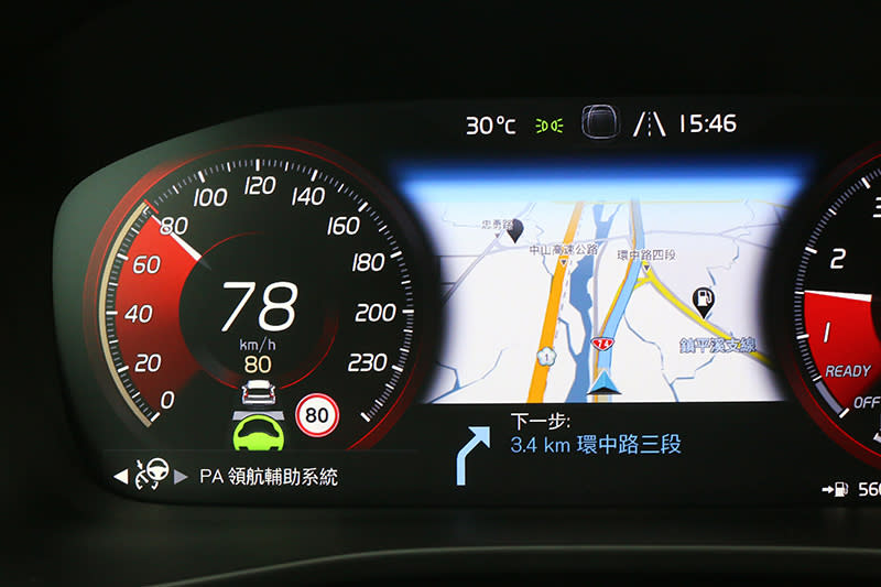 啟動PA之後,就可以感受自動跟車與車道維持的便利了,有趣的是,車內顯示為領航輔助系統,富豪國際卻以半自動駕駛輔助系統稱之。