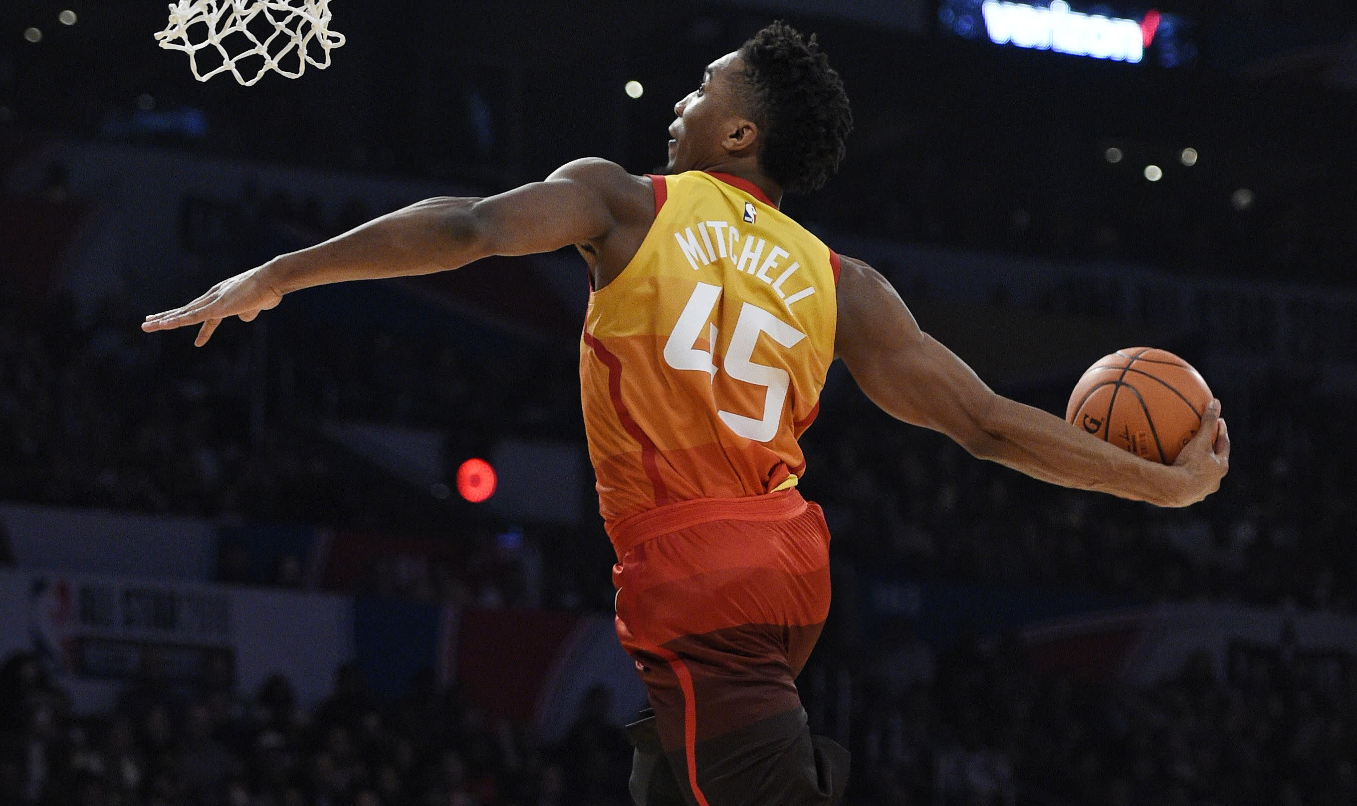 Mitchell invokes the past to win Dunk Contest - Officialsportsbetting.com