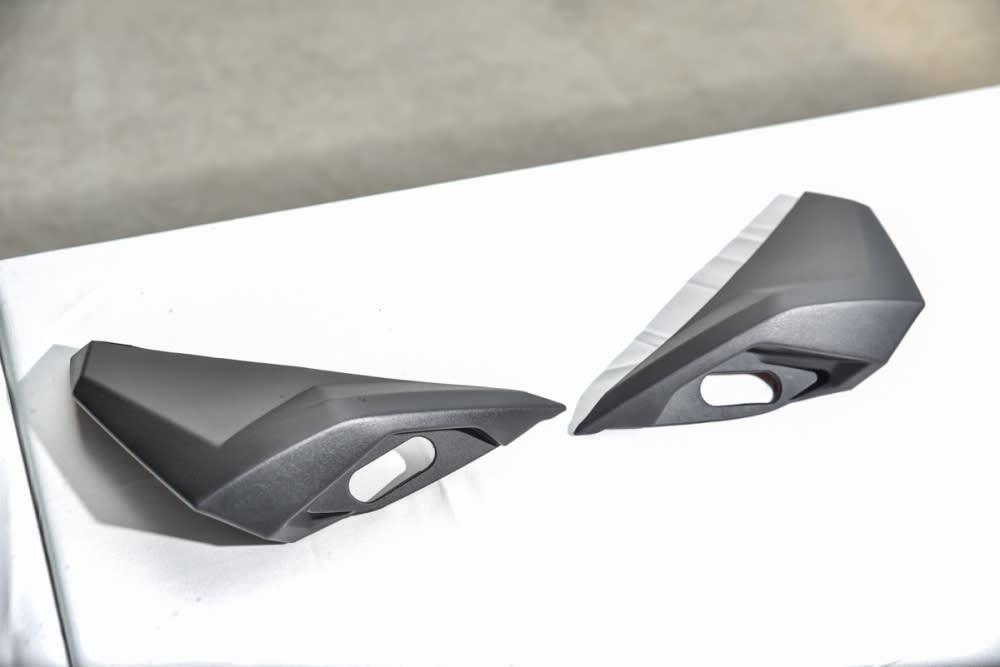 TMAX 手把罩。(安裝於後照鏡座的位置,主要能將氣流從兩側導開)