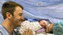 Il calme son bébé en plaçant un vibromasseur sous son couffin, créant immédiatement le buzz