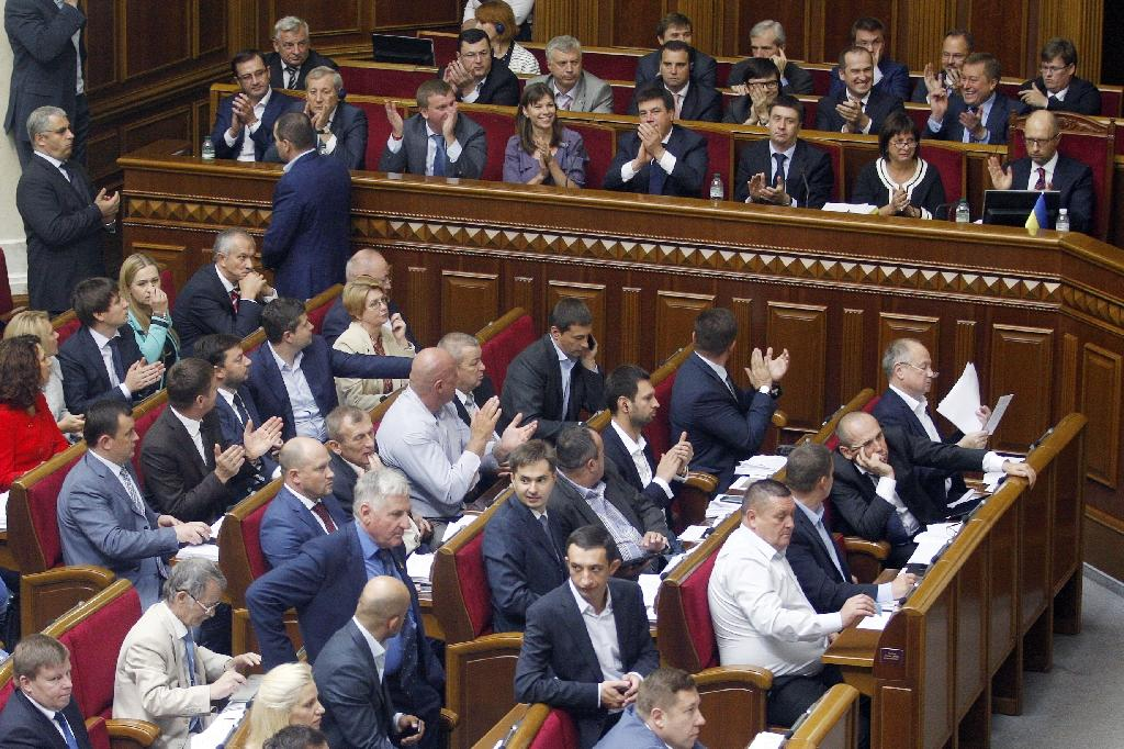 Members of Ukrainian government applaud after voting a debt restructuring agreement in Parliament in Kiev on September 17, 2015 (AFP Photo/Anatolii Stepanov)