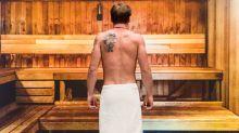 Kurioser Polizeieinsatz: Mann mit Telefon und Zigarette in Sauna