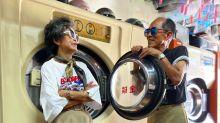 Älteres Paar trägt vergessene Kleidung aus Wäscherei
