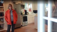 Frau kommt aus dem Urlaub zurück und findet fremde Familie in ihrem Zuhause vor