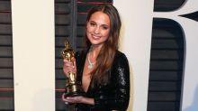 Alicia Vikander se reúne por fin con su Óscar
