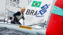 Robert Scheidt fica em 11º na primeira regata de Tóquio; Patrícia Freitas termina em 13º