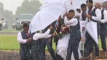 Escoltada por padrinhos, noiva consegue se livrar de tempestade no dia do casamento