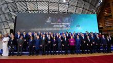 UE firma acuerdo comercial con Singapur, pide más apertura a China