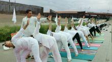 Práctica de yoga en frontera México-Estados Unidos busca infundir paz en cruce de migrantes