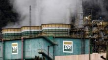 Petrobras eleva preço da gasolina nas refinarias em 0,49%, para nova máxima