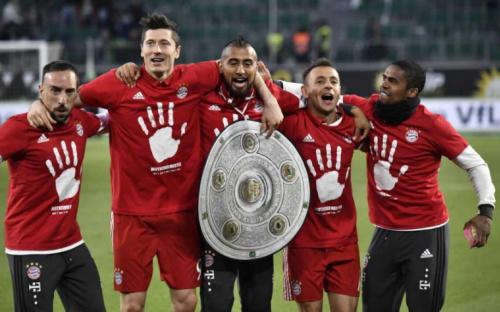 Campeão alemão, Rafinha celebra mais um título com o Bayern
