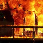 Thousands flee fast-moving California wildfire