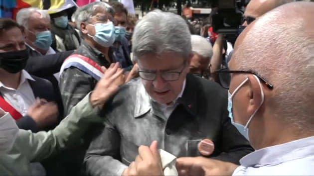 """Qui est l'homme qui a jeté de la farine sur Jean-Luc Mélenchon lors de la """"Marche des libertés""""?"""