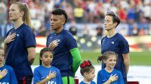 Seleccionadas de fútbol de EEUU visten la camiseta al revés como protesta antes de un partido