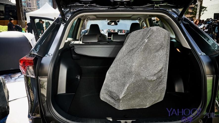 休旅王者霸氣回歸!第5代Toyota Rav4汽油/油電正式登台92.5萬起! - 12