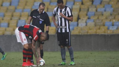 Jair evita desculpas e vê Flamengo melhor pelo 'fator' Guerrero