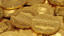 Oro retrocede por fortaleza del dólar y mercados accionarios