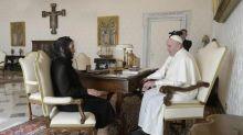 Beatriz Gutiérrez Müller entrega al Papa carta de AMLO