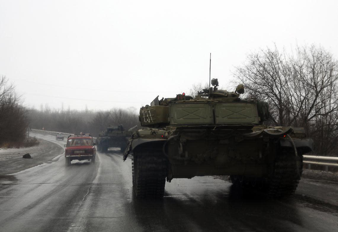Tanks of pro-Russian separatists drive towards the eastern Ukrainian city of Donetsk on January 22, 2015 (AFP Photo/Aleksander Gayuk)