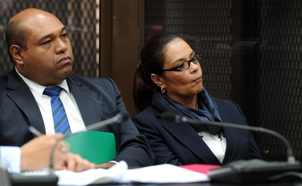 Former vice president Roxana Baldetti (R) is seen at court in Guatemala City on August 26, 2015 (AFP Photo/Orlando Sierra)