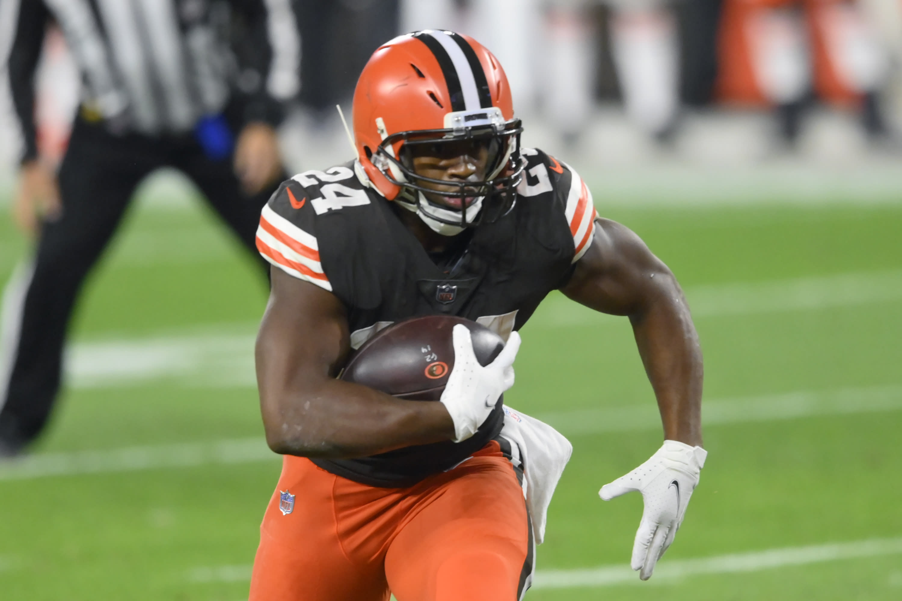 Browns activate RB Chubb after knee injury, will face Texans