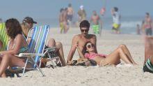 Isis Valverde aproveita dia de sol e praia no Rio com o namorado