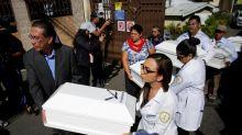 Familiares reciben los restos de seis personas asesinadas por el Ejército salvadoreño
