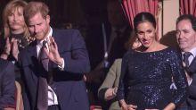 Herzogin Meghan betont ihren Babybauch in einem bodenlangen Glitzerkleid
