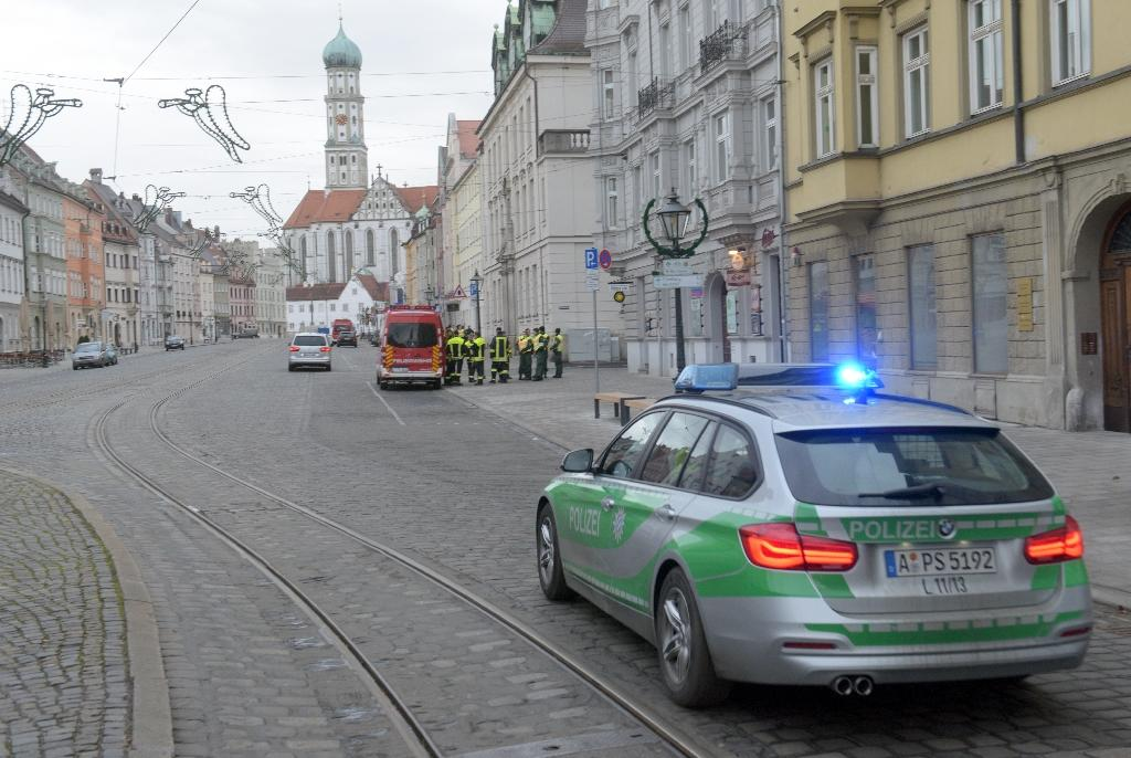 Police and paramedics are seen during a mass evacuation on December 25, 2016 on the empty streets of Augsburg, southern Germany (AFP Photo/Stefan Puchner)