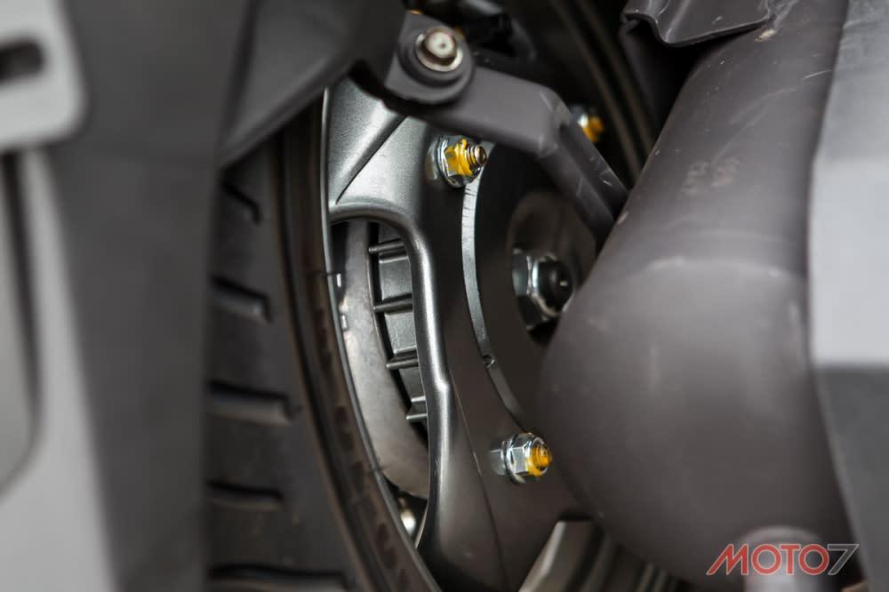 後輪為毂煞設計。