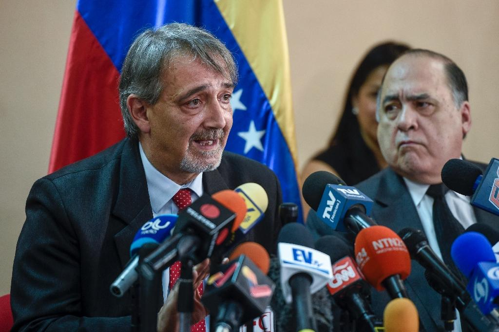 The head of the International Federation of Red Cross and Red Crescent Societies (IFRC) Francesco Rocca (L), speaks during a press conference in Caracas, on March 29, 2019 (AFP Photo/Federico Parra )
