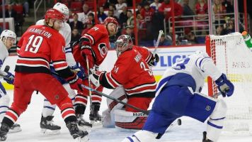 Nylander gets first points, leads Leafs over Hurricanes