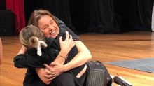 Sandy surpreende Fernanda Gentil em peça, invade o palco e dá abraço em apresentadora
