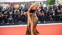 Festival de Venecia: Elsa Hosk pierde un pendiente en la alfombra roja de 'Marriage Story'