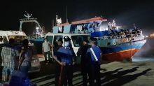 Un pesquero con 450 migrantes llega a Lampedusa y desencadena una protesta