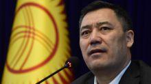 Kirghizstan : après la démission du président, le Premier ministre Sadyr Japirov revendique le pouvoir