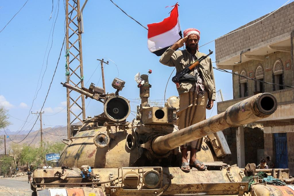 A Yemeni fighter loyal to the country's exiled president salutes at a checkpoint in the southwestern city of Taez (AFP Photo/Ahmad al-Basha)
